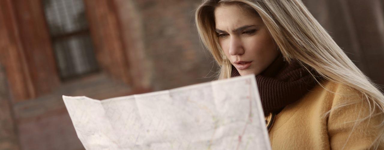 vrouw kijk naar kaart noorwegen